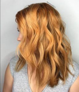 coloration brassy blonde tendance