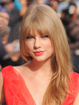 coupe de cheveux visage ovale frange taylor swift