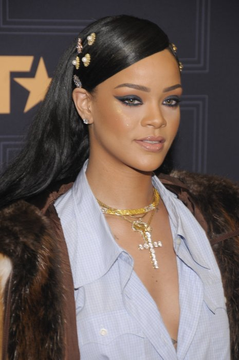 a21c962bb4f7f rihanna-accessoires-cheveux-coiffure-saint-valentin-femmes-idee-