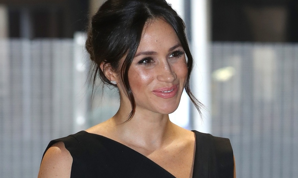 meghan-markle-cheveux-attaches-coiffure-saint-valentin-femmes-idee-coiffure-mahasoa
